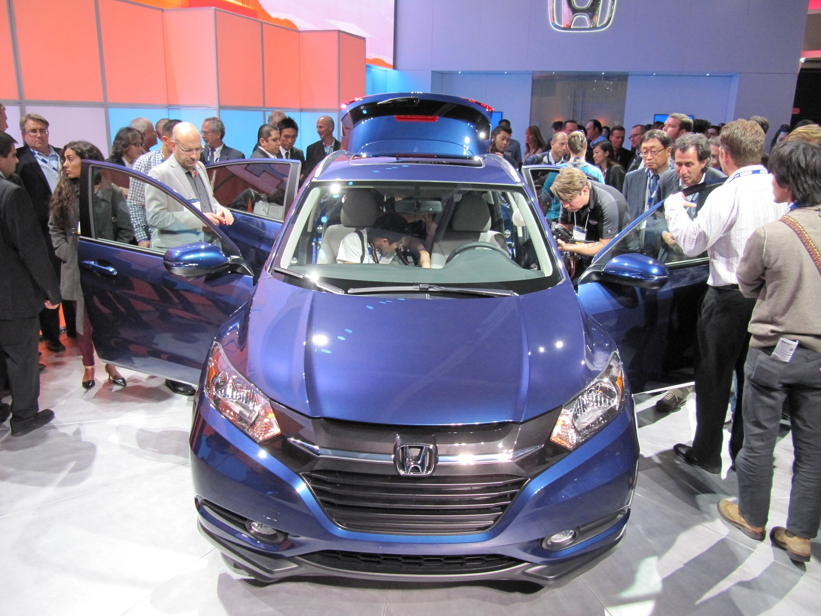 2016-honda-hr-v-debut-at-2014-los-angeles-auto-show_100490779_h.jpg